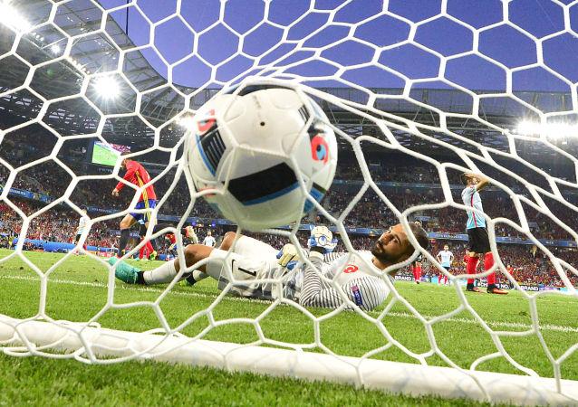 حارس مرمى المنتخب التركي ينظر بحسرة إلى الكرة بعد الهدف الثاني لإسبانيا في شباكه