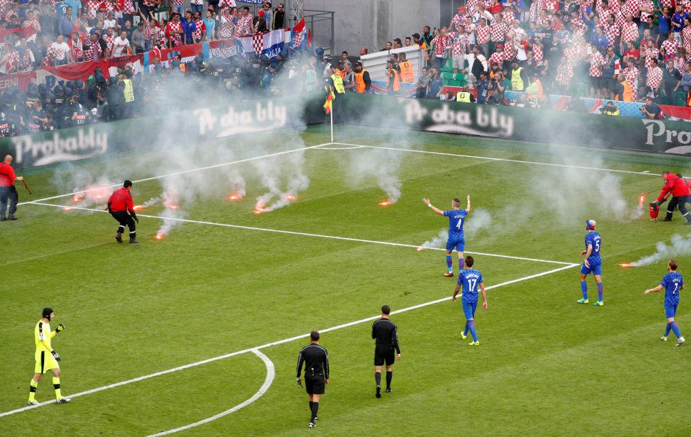 القاء الشماريخ داخل الملعب في مباراة التشيك وكرواتيا