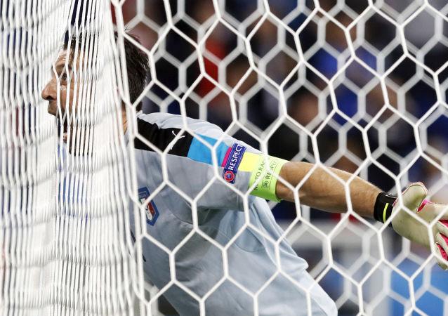 حارس مرمى المنتخب الإيطالي بوفون