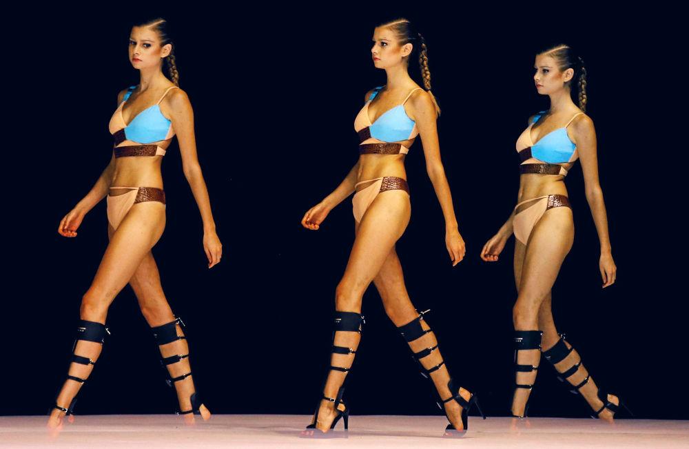 عارضة أزياء خلال عرض فى كولومبيا