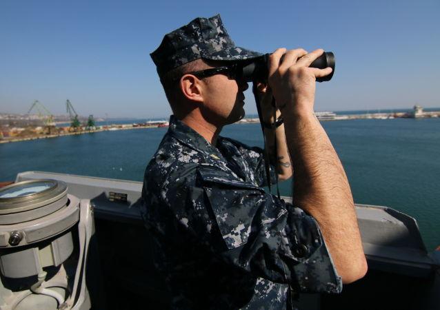 عسكري أمريكي في ميناء فارنا البلغاري