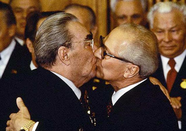 قبلات الزعيم السوفييتي الأسطورية
