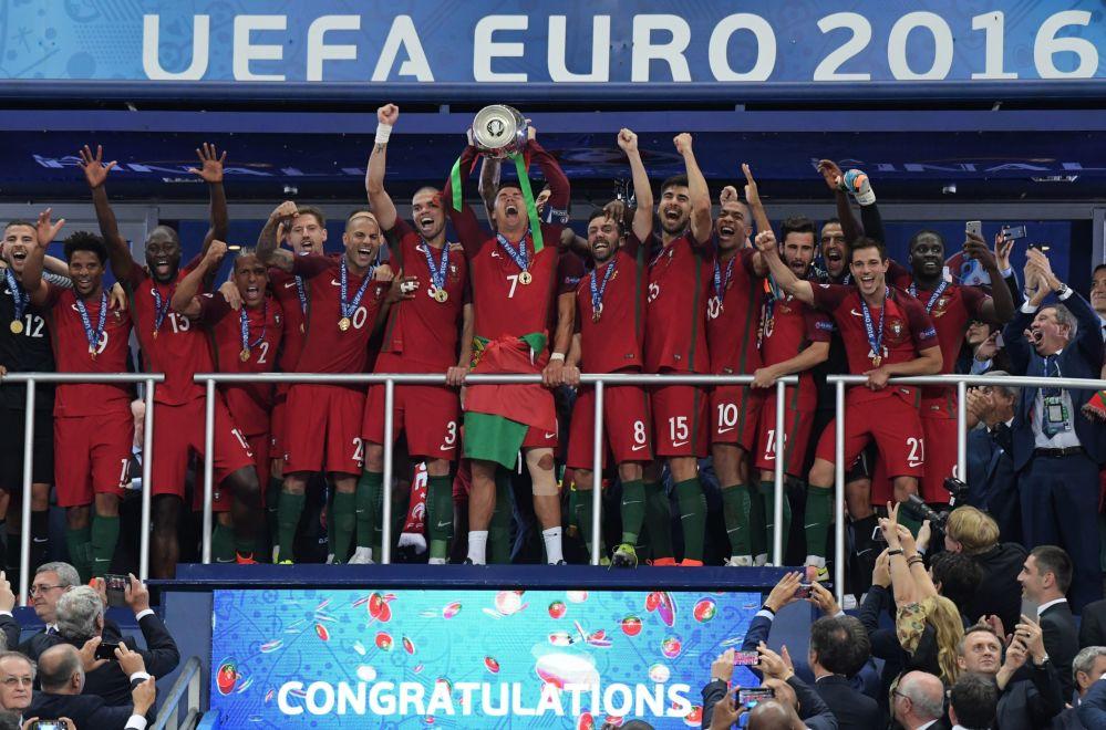 لاعبي فريق كرة القدم البرتغالي خلال مراسم الاحتفال بالفوز بلقب بطل أوروبا يورو 2016