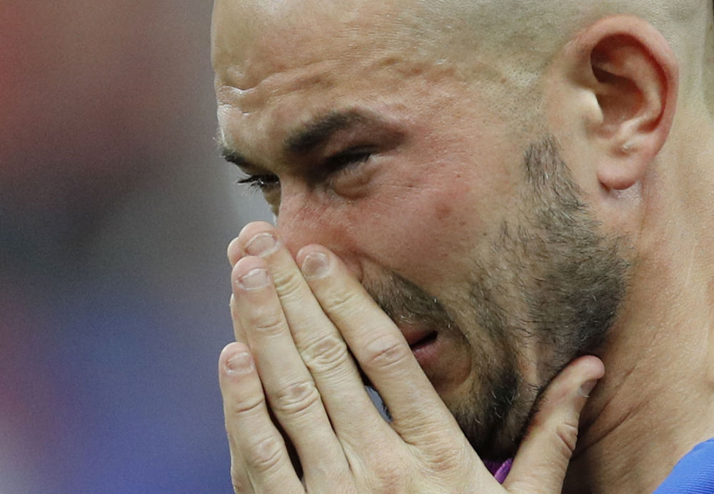 اللاعب الفرنسي كريستوف جاليت بعد انتهاء المباراة بين فريق بلده والبرتغال