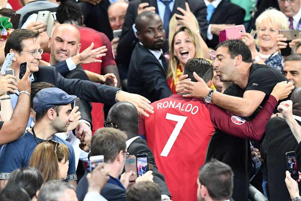 اللاعب البرتغالي كريستيانو رونالدو يحيي الجمهور قبيل تتويج فريقه بلقب بطل أوروبا في يورو 2016.