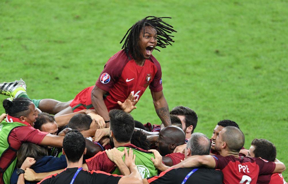 اللاعب البرتغالي ريناتو سانشيش خلال مراسم الاحتفال بالفوز بلقب بطل أوروبا يورو 2016