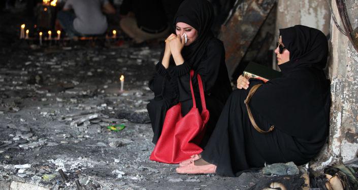 نساء عراقيات تبكي مكان الاتفجار في حي الكرادة  ببغداد الذي وقع في 3 يوليو\ تموز، الصورة تعود إلى 6 يوليو\ تموز 2016