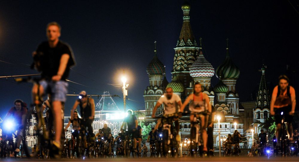 عرض ليلي لركوب الدراجات الهوائية على الساحة الحمراء بموسكو.