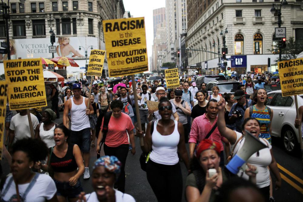 الأمريكيون يخرجون إلى شوارع نيويورك احتجاجاً على مقتل المواطنين الأكريكيين (من أصول أفريقية) إلتون ستيرلينغ وفيلاندو كاستيلن، 7 يوليو\ تموز 2016