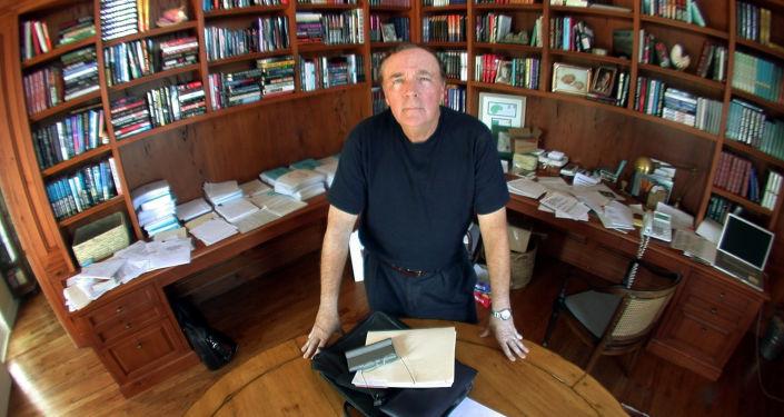 جيمس باترسون أحد أفضلِ الكتاب ذوي الكتب الأكثر مبيعا والمعروفين في جميع الأوقات، مثل نادي قتل النساء، وروايات أليكس كروس، والجولة القصوى. وتم نشر 35 كتابا، من بينهم 18 كتابا تتصدر المبيعات. باع 100 مليون نسخة، بحيث جمع منها مليار دولار.