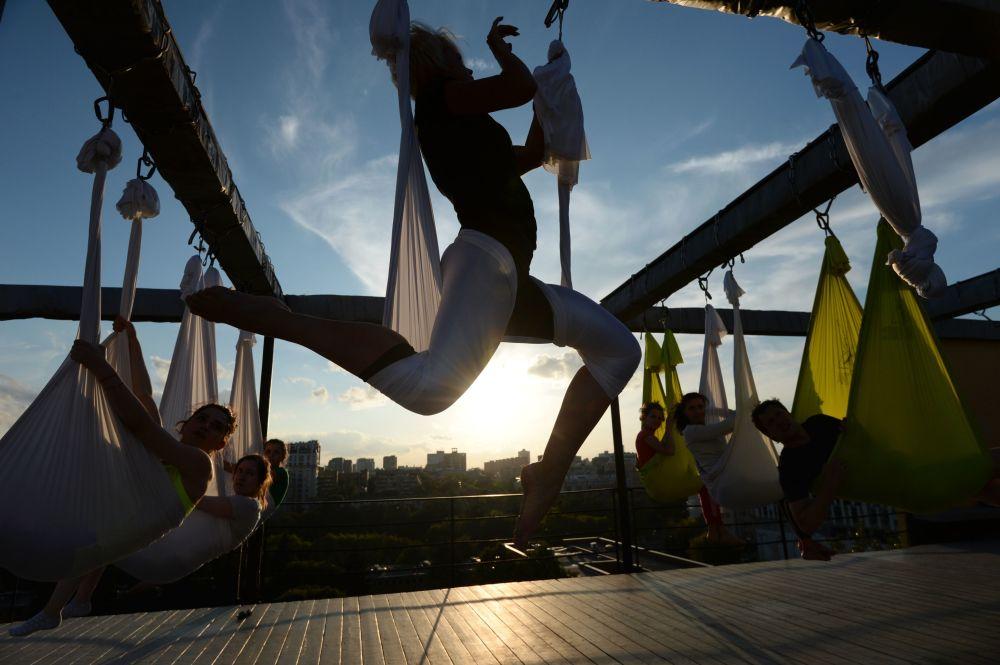 ممارسة التمارين الرياضية على أسطح مبنى دوما ناركومفينا في موسكو