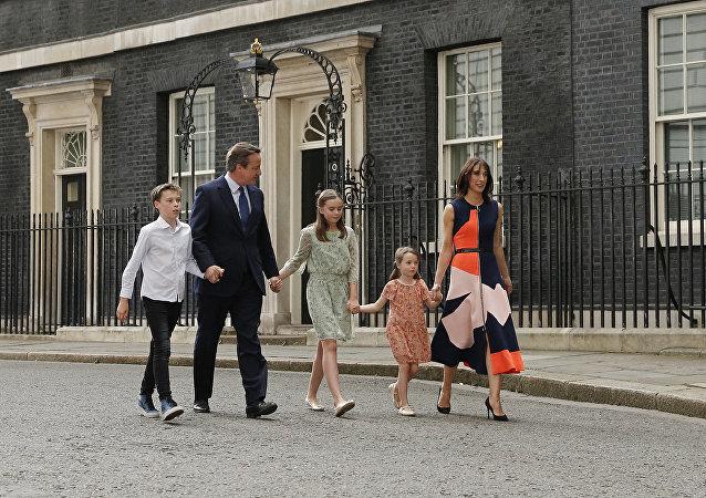 كاميرون مع عائلته أمام أبواب قصر باكنغهام عقب استقبال الملكة له