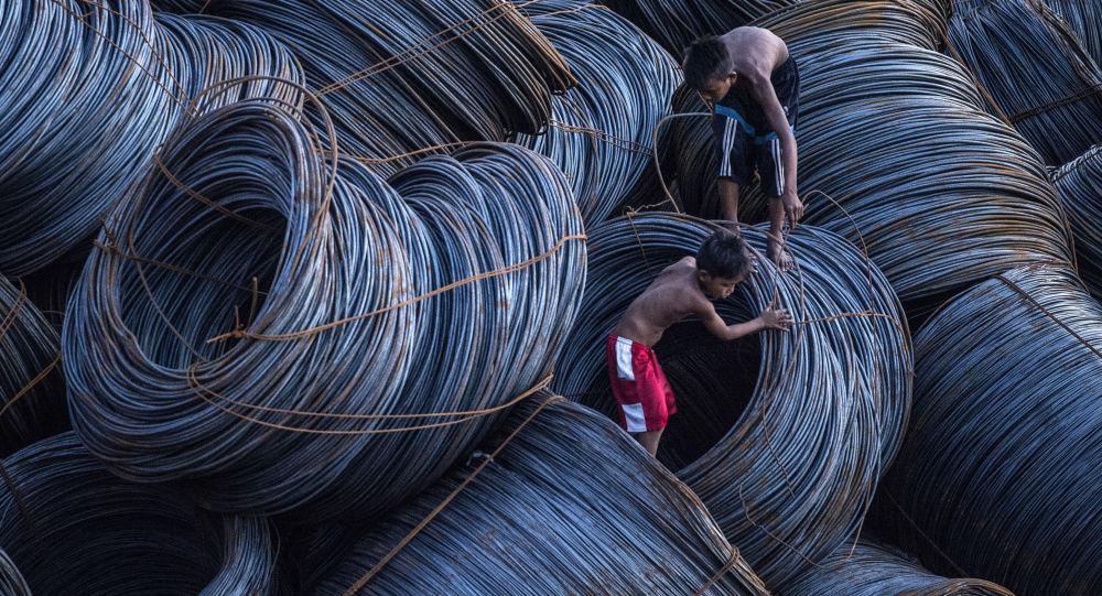 أطفال يبحثون عن الخردة المعدنية في مانيلا، 13 يوليو/ تموز 2016