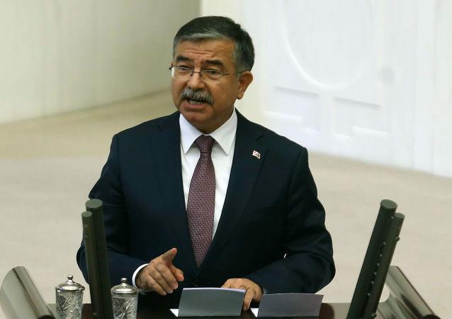وزير الدفاع التركي فكري إسيك