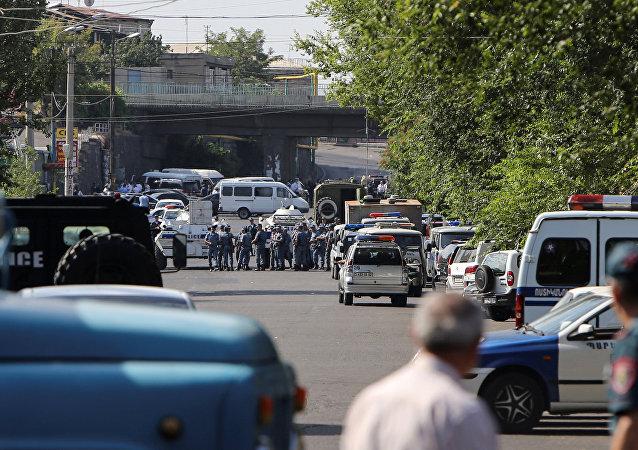 الشرطة الأرمينية تغلق الطريق بعد استيلاء مجموعة مسلحين على نقطة أمنية