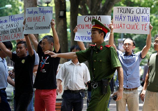الشرطة الفلبينية تعتقل متظاهرين احتجوا على موقف بكين