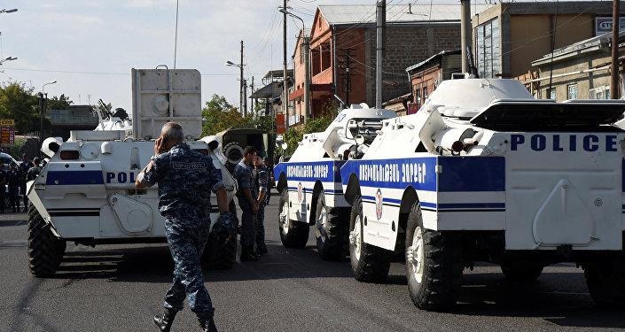 الشرطة تطوق منطقة حجز الرهائن في يريفان