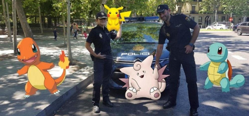 الشرطة الاسبانية على خلفية كائنات لعبة بوكيمون-غو (Pokemon Go) في اسبانيا، 18 يوايو/ تموز 2016.