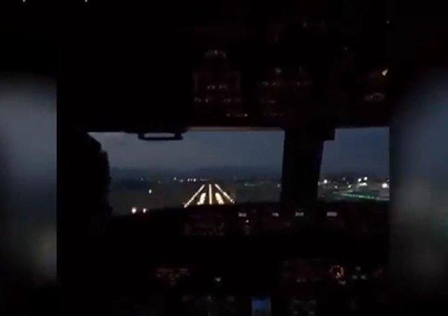 وكأنما سيارة في السماء... من قمرة الطيارين شاهد الهبوط الاحترافي للطائرة