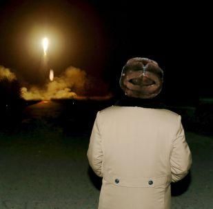 الرئيس الكوري الشمالي يشاهد إطلاق صاروخ