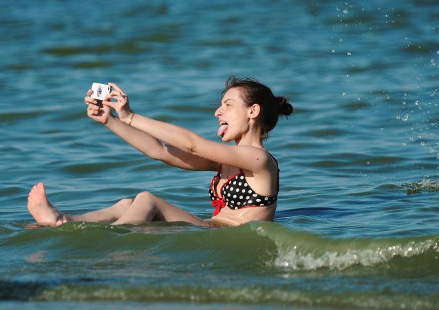 فتاة تأخذ صورة سيلفي في بحر آزوف في محافظة راستوفسكايا