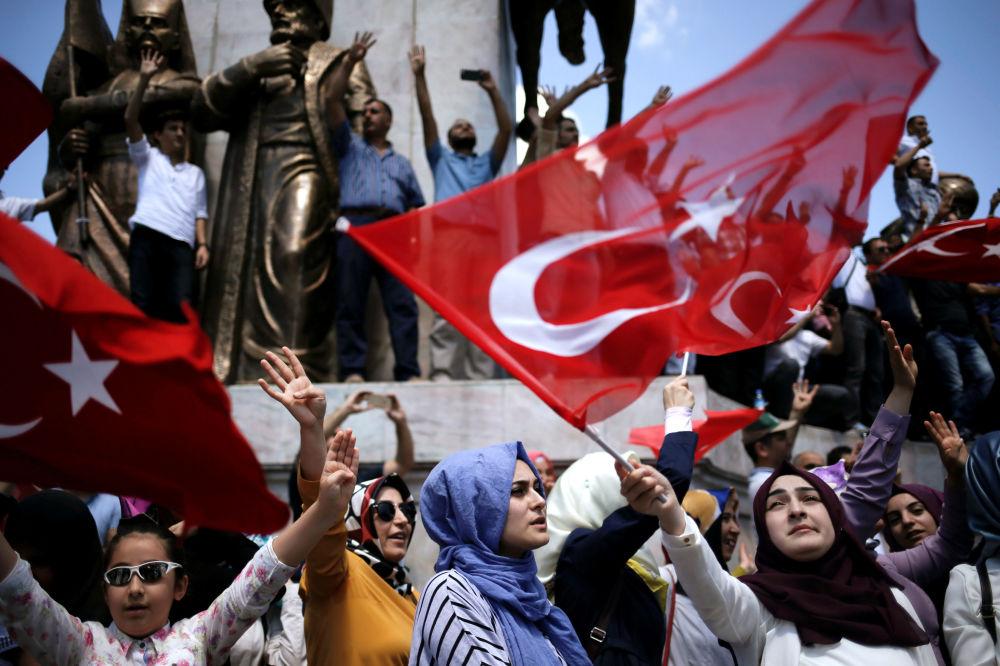 أنصار الرئيس التركي رجب طيب إردوغان في حديقة اسطنبول، 19 يوليو/ تموز 2016