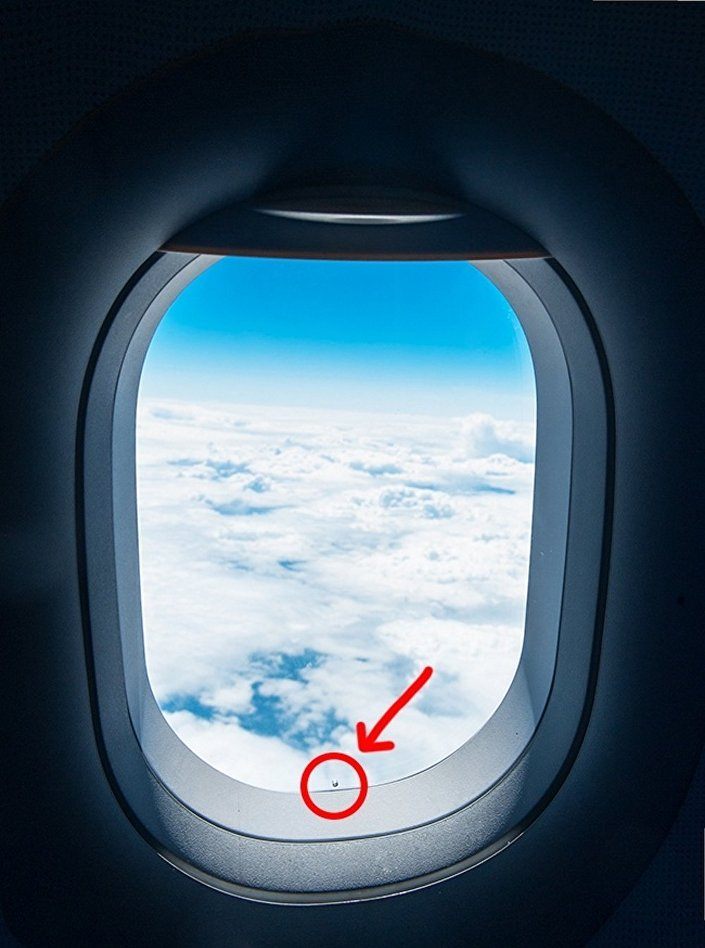 الثقب الصغير في نوافذ الطائرات