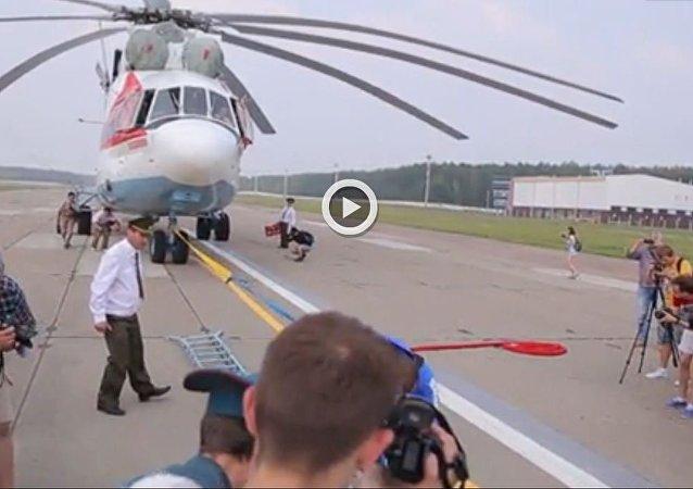 شاهد... بيلاروسي يسجل رقما قياسيا في سحب أكبر مروحية في العالم