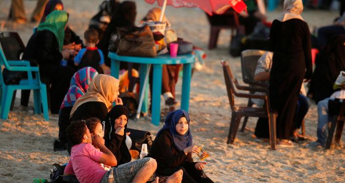 عائلة فلسطينية على شاطئ البحر في مدينة غزة، 19 يوليو/ تموز 2016