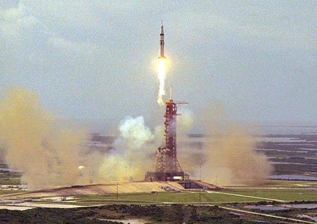 انطلاق مركبة ابولو الفضائية