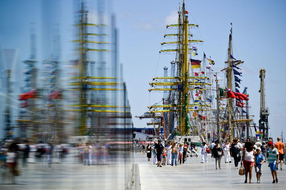 إنعكاس السفن على الزجاج في ميناء لشبونة، البرتغال 22 يوليو/ تموز 2016
