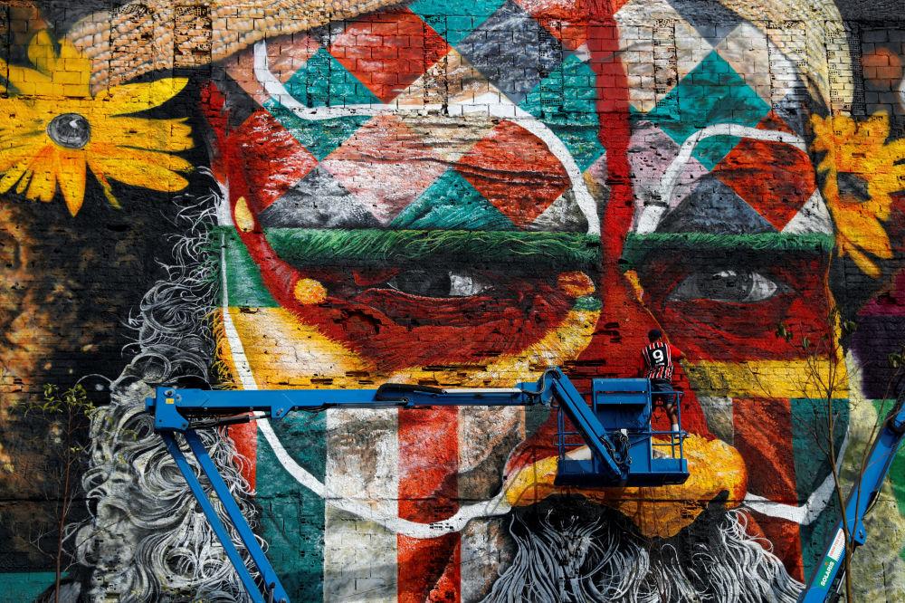 رسم جداري (غرافيتي) للفنان البرازيلي إدواردو كوربا في مدينة ريو-دي-جانيرو، ترجيباً بالسياح قبيل ألعاب أولمبياد 2016، 25 يوليو/ تموز 2016