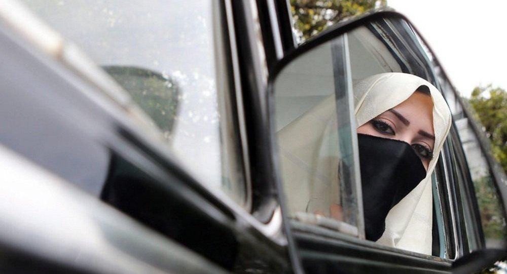 امرأة ترتدي البرقع تضرب صحفية حامل بسبب ملابسها في اسطنبول
