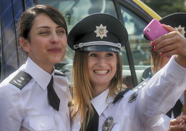 رئيسة الشرطة الوطنية الأوكرانية خاتيا ديكانويدزي وضابطة الشرطة تلقطن صورة سيلفي لهن خلال الاحتفال بعيد الشرطة الوطني في مدينة كييف، أوكرانيا 4 أغسطس/ آب 2016