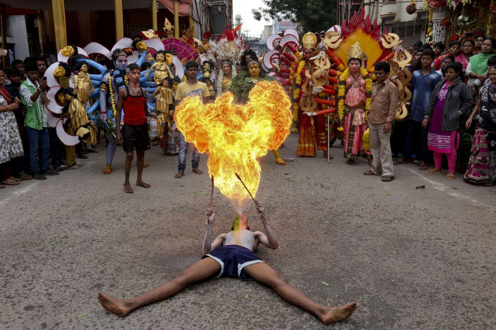 فنان شارعي يقدّم عجائبه مع النار خلال مهرجان بونالو في المدينة الهندية حيدر آباد، 1 أغسطس/ آب 2016