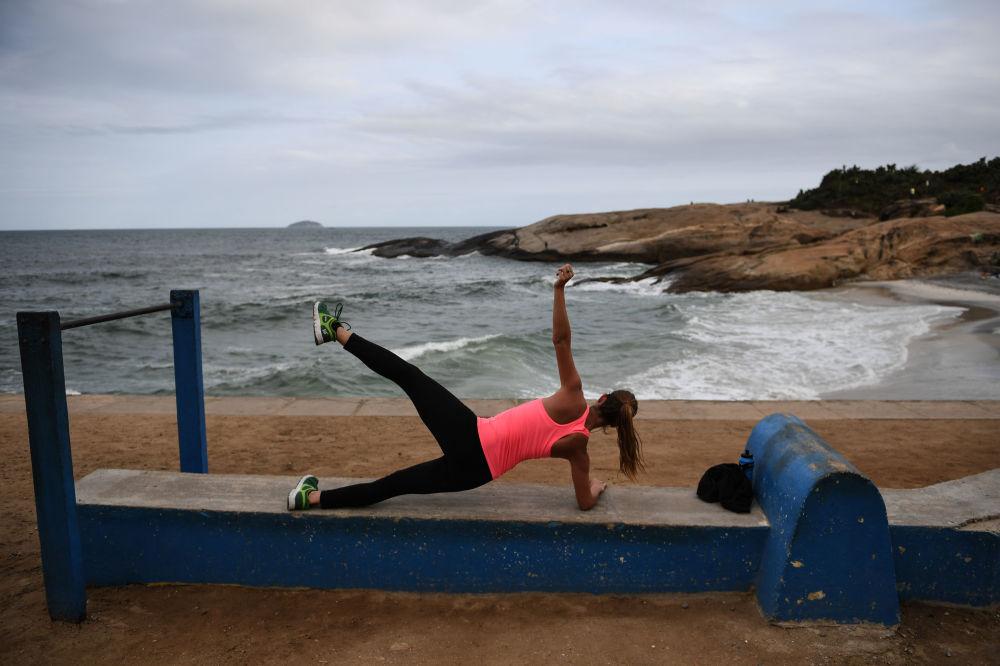 فتاة تتدرب على شاطئ إمبانيما في ريو-دي-جانيرو، البرازيل