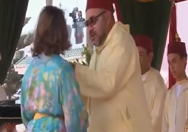 امرأة تحاول تقبيل ملك المغرب