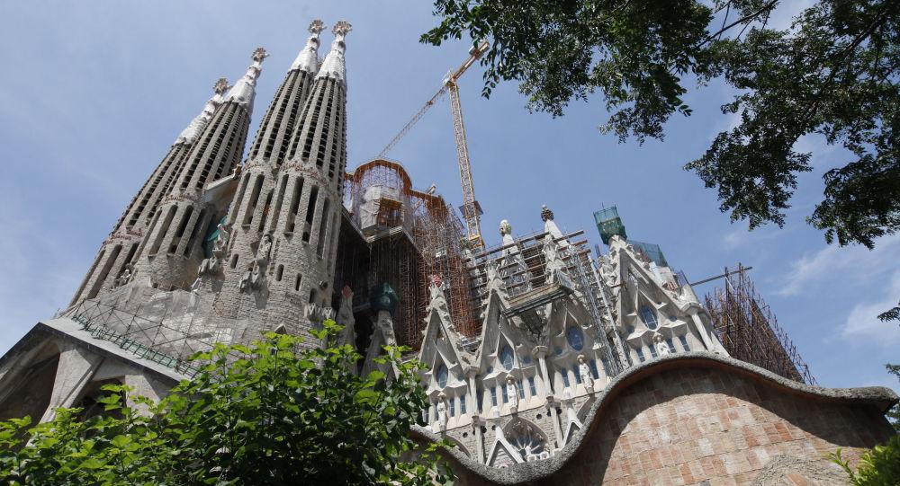 كنيسة ساغرادا فاميليا أو كنيسة العائلة المقدسة، وهي كنيسة كاثوليكية رومانية، تعد من أضخم كنائس أوروبا، تقع في حي ساغرادا فاميليا بمدينة برشلونة، كاتالونيا في إسبانيا.