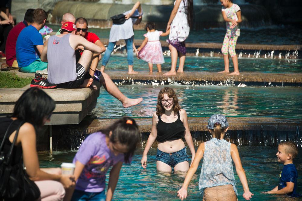 طفلة تسبح في نافورة المياه غيروي سكازك (أبطال القصص) في موسكو.