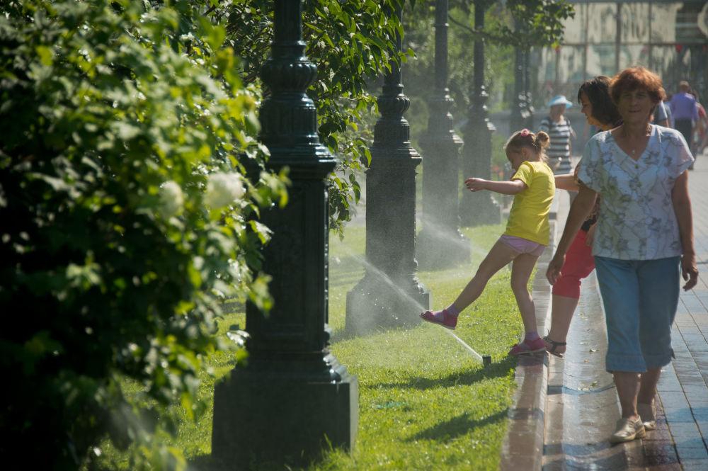 الموسكويون يلجأون إلى مياه النافورة والري في حديقة ألسكندر في موسكو