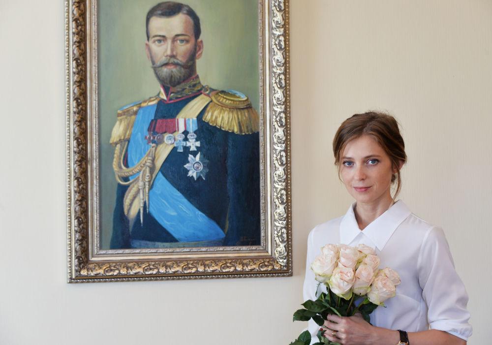 المدعي العام لجمهورية القرم نتاليا بوكلونسكايا على خلفية الإمبراطور الروسي الأخير نيكولاي الثاني