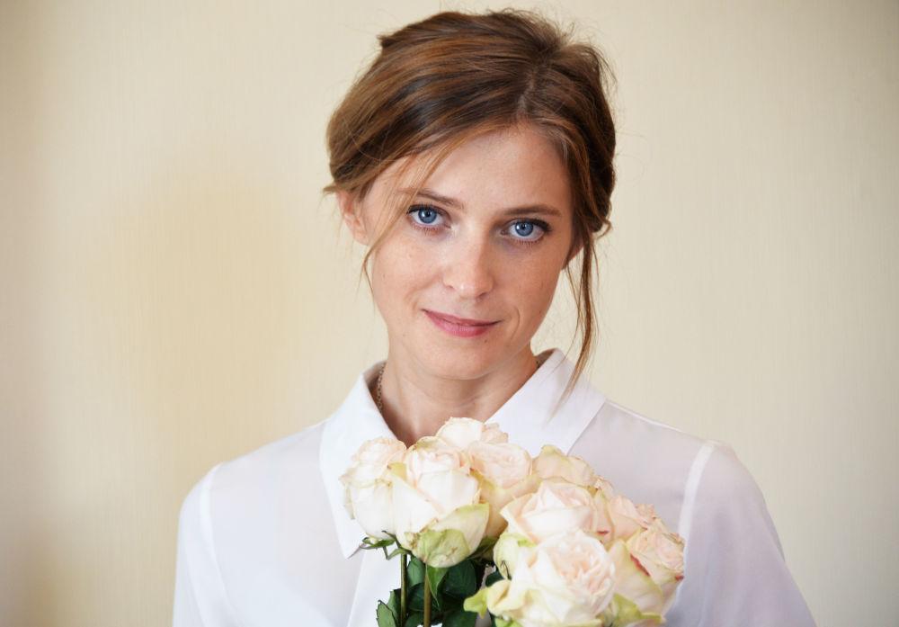 المدعي العام لجمهورية القرم نتاليا بوكلونسكايا وباقة الورد الجوري