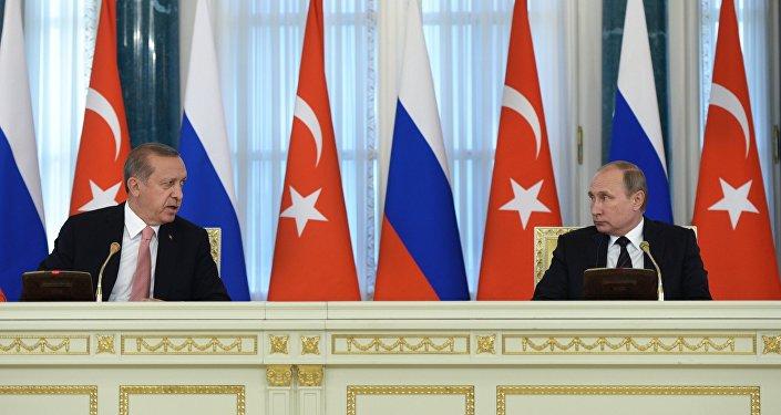 رئيس تركيا رجب طيب أردوغان لدى لقاء رئيس روسيا فلاديمير بوتين في سان بطرسبورغ