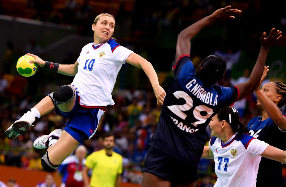 أولمبياد ريو 2016 - رياضيات روسيات وفرنسيات خلال مباراة كرة الطائرة، أغسطس/ آب 2016