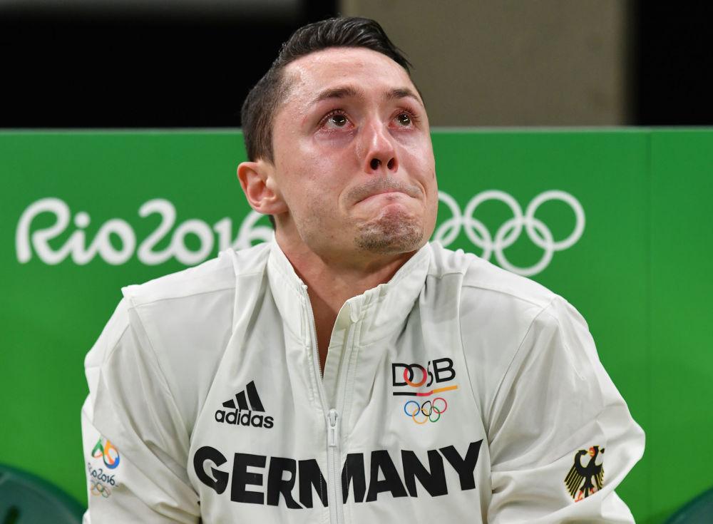 أولمبياد ريو 2016 - رياضي ألماني يبكي متأثراً بإصابات عدة خلال مرحلة التأهل فريق الجمباز الألماني، 6 أغسطس/ آب 2016