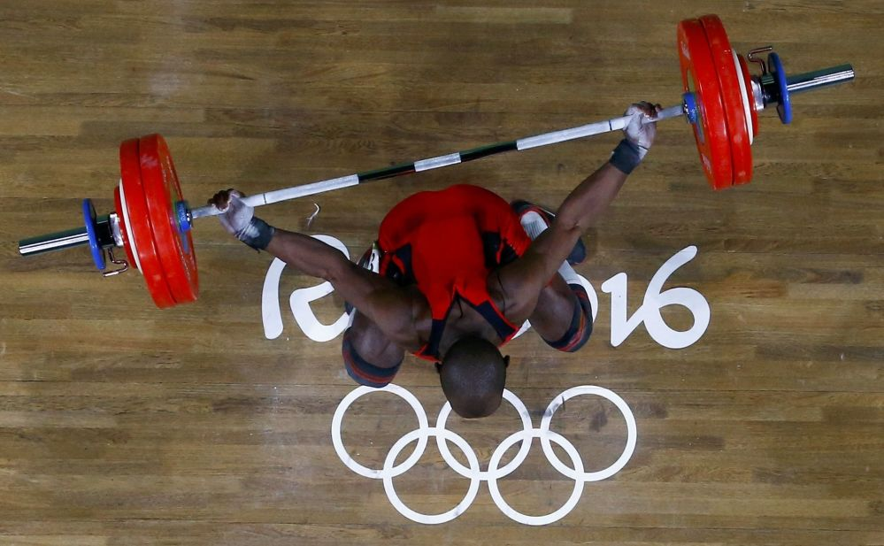 أولمبياد ريو 2016 - رياضي كولومبي خلال سباق رفع الأثقال (69 كجم)، 9 أغسطس/ آب 2016