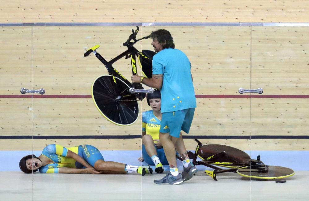 أولمبياد ريو 2016 - الرياضيتان الأستراليتان بعد اصطدامهما خلال سباق الدراجات، 8 أغسطس/ آب 2016