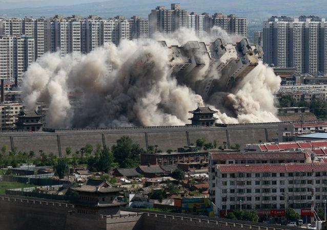 انهيار مبنى خلال تفجير محكم له، وذلك لتوفير حماية أفضل للمنطقة القديمة القريبة من المدينة في داتونغ بمقاطعة شانشي، الصين 8 أغسطس/ آب 2016.