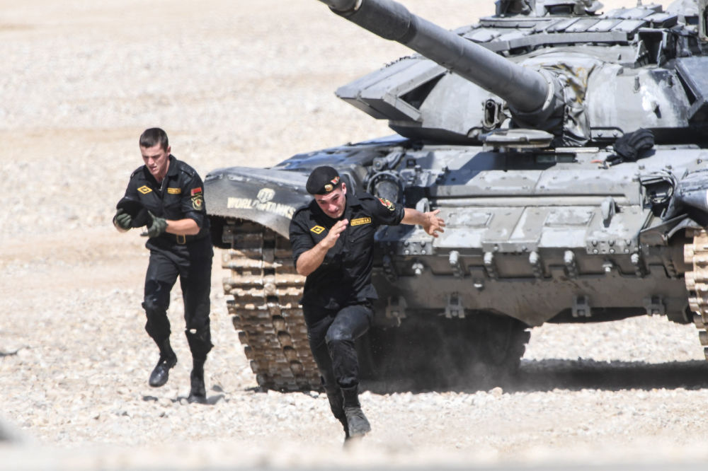 أفراد الجيش البيلاروسي خلال النصف النهائي في مسابقة سباق الدبابات في الحقل العسكري ألابينو، روسيا