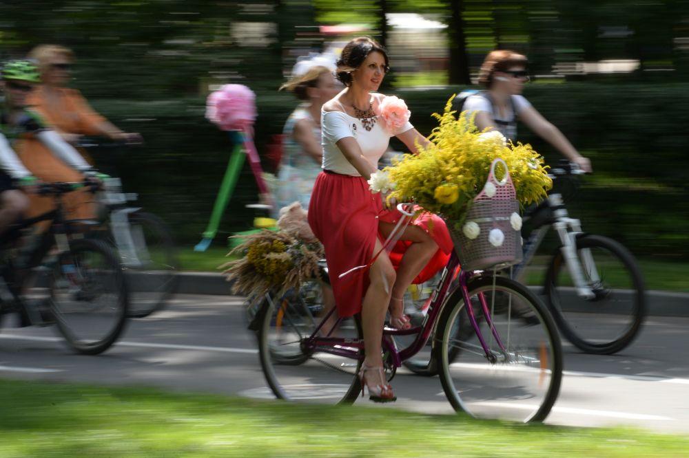 المشاركون في سباق ليدي نا فيلوسيبيدي (فتاة على الدراجة) في حديقة ساكولنيكي بمدينة موسكو.